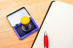 Cuaderno y sello personal imágenes de archivo libres de regalías