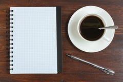 Cuaderno y taza de café Imagen de archivo libre de regalías