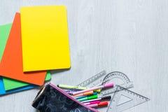 Cuadernos coloridos en el fondo de madera blanco foto de archivo