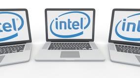 Cuadernos con el logotipo de Intel Corporation en la pantalla Representación conceptual del editorial 3D de la informática ilustración del vector