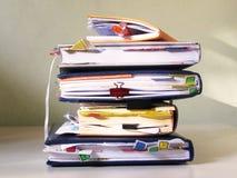 Cuadernos con las etiquetas apiladas en una pila Foto de archivo