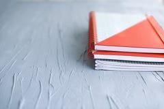 Cuadernos de la escuela en un fondo gris Concepto de la escuela Copie el espacio Fotografía de archivo