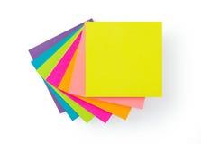 Cuadernos de notas pegajosos del post-it multicolor Fotos de archivo libres de regalías