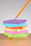 Cuadernos de notas y lápiz en el escritorio Imagenes de archivo