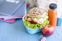 Cuadernos del almuerzo escolar y de la escuela Lugar para el texto Botella con el ojo y el bocadillo, foto horizontal Imagen de archivo libre de regalías