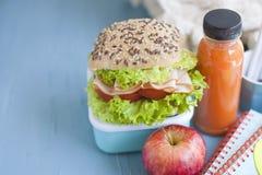 Cuadernos del almuerzo escolar y de la escuela Lugar para el texto Botella con el ojo y el bocadillo, foto horizontal Vaya a la e Foto de archivo