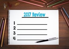 2017 cuadernos en blanco de la lista del comentario, pluma y lápices coloreados en una tabla de madera Imagen de archivo libre de regalías