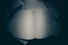 Cuadernos en un cuarto oscuro Fotos de archivo