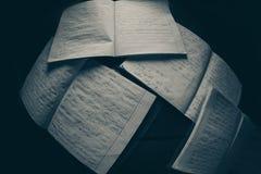 Cuadernos en un cuarto oscuro Fotografía de archivo libre de regalías