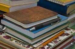 Cuadernos, libros y lápices imagenes de archivo
