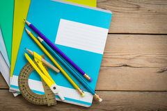 Cuadernos para el schoolon la tabla de madera fotografía de archivo libre de regalías