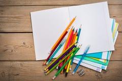 Cuadernos para el schoolon la tabla de madera foto de archivo