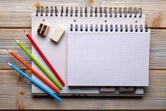 Cuadernos y lápices - escuela o materiales de oficina Imagen de archivo libre de regalías