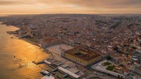 Cuadrado aéreo de la puesta del sol del abejón del verano de la ciudad del dronelapse del timelapse de Lisboa Portugal