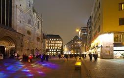 Cuadrado antes de la catedral del St. Stephen en noche Foto de archivo libre de regalías