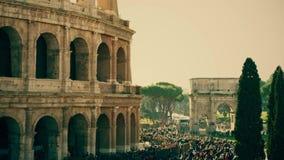 Cuadrado apretado cerca del amphitheatre famoso de Colosseum o del coliseo en Roma, Italia metrajes