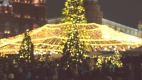 Cuadrado apretado con los árboles de navidad y las decoraciones blur almacen de video