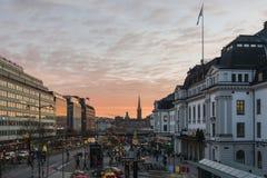 Cuadrado central adornado con las luces llevadas, cielo de la estación de Estocolmo de la puesta del sol en el fondo, durante la  Imágenes de archivo libres de regalías