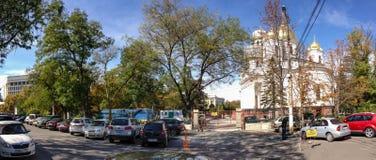 Cuadrado central con el templo ortodoxo de Aleksander Nevsky Fotos de archivo libres de regalías