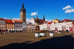 Cuadrado central con la opinión de la fuente y del campanario Ceske Budejovice Fotos de archivo