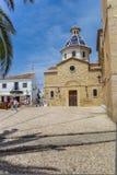 Cuadrado central con los turistas e iglesia vieja en Altea imagenes de archivo