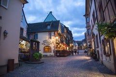 Cuadrado central en la ciudad de Riquewihr, Francia Imagenes de archivo