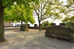 Cuadrado cerca de la iglesia colegial Neuchatel, Suiza Foto de archivo