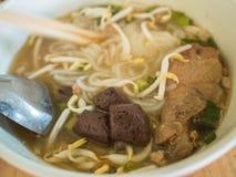 Cuadrado chino hervido de las pastas, opinión superior del estilo asiático de la comida Foto de archivo