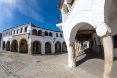 Cuadrado cobbled medieval de Alconetar, Extremadura, España imagenes de archivo