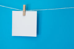 Cuadrado coloreado de la nota que cuelga 2 Fotos de archivo