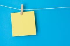 Cuadrado coloreado de la nota que cuelga 3 Fotografía de archivo libre de regalías
