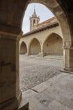 Cuadrado con arcadas empedrado pintoresco en España Cantavieja, Teruel imagenes de archivo