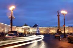 Cuadrado con un árbol de navidad, ni del palacio de St Petersburg, Rusia Fotos de archivo libres de regalías