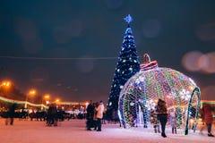 Cuadrado con un árbol de navidad y los ornamentos Gomel, Bielorrusia Foto de archivo