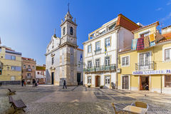 Cuadrado de ayuntamiento de Seixal, con ayuntamiento en centro y la iglesia barroca de Seixal a la izquierda Fotografía de archivo libre de regalías