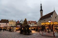 Cuadrado de ayuntamiento en Tallinn en la Navidad Foto de archivo libre de regalías