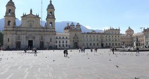 Cuadrado de Bogotá Bolivar en un día soleado metrajes