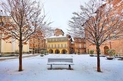 Cuadrado de ciudad bajo nieve. Alba, Italia. Fotografía de archivo