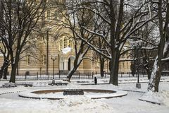 Cuadrado de ciudad del invierno y catedral ortodoxa en el fondo Fotografía de archivo