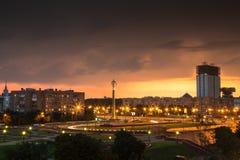 Cuadrado de ciudad en puesta del sol Imagen de archivo libre de regalías