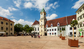 Cuadrado de ciudad principal en ciudad vieja en Bratislava, Eslovaquia Imagenes de archivo