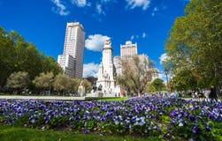 Cuadrado de España con el monumento a Cervantes, a Torre de Madrid y al IED Imagen de archivo libre de regalías