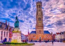 Cuadrado de Grote Markt en la ciudad medieval Brujas, Bélgica fotos de archivo