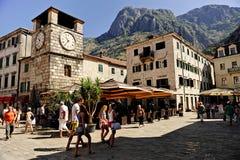 Cuadrado de Kotor de la visita de los turistas de brazos Fotos de archivo