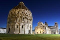 Cuadrado de la catedral de Pisa con la torre de Pisa y de la catedral Foto de archivo