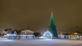 Cuadrado de la catedral del ` s del Año Nuevo en el centro de la ciudad Belgorod Vista del teatro dramático del cuadrado de la Na Fotos de archivo