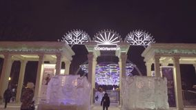 Cuadrado de la ciudad durante los días de fiesta del Año Nuevo La entrada al parque de Sokolniki holiday Parque de Sokolniki Mosc metrajes