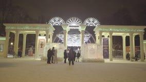 Cuadrado de la ciudad durante los días de fiesta del Año Nuevo La entrada al parque de Sokolniki holiday Parque de Sokolniki Mosc almacen de metraje de vídeo