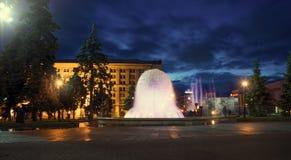 Cuadrado de la independencia de Maydan Nezalezhnost Fuente en Khreshchatyk Noche Kiev Imagen de archivo