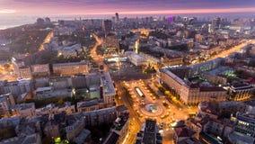Cuadrado de la independencia ucrania Silueta del hombre de negocios Cowering Centro de ciudad Kyiv almacen de metraje de vídeo